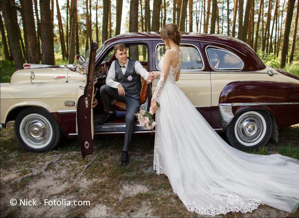 Limousinen, Oldtimer, Kutschen sowie andere Fahrzeuge zur Hochzeit mieten - #133440338 | © Nick - Fotolia.com